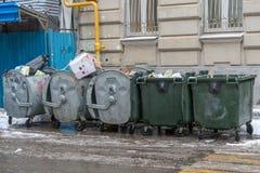Отброс в контейнерах металла стоковое фото rf
