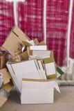 Отброс картонных коробок на улице Экологическая консервация Урбанско стоковая фотография
