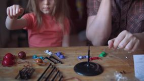 Отец и милый ребенок делают модель из солнечной системы в комнате видеоматериал