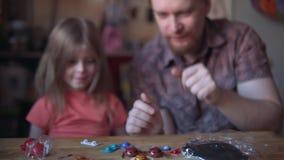 Отец и милый ребенок делают модель из солнечной системы в комнате сток-видео