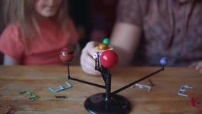 Отец и милый ребенок делают модель из солнечной системы в комнате акции видеоматериалы