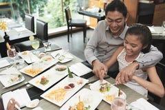 Отец и дочь имеют обедающий стоковое изображение