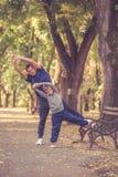 Отец и сын работая совместно в парке стоковое изображение