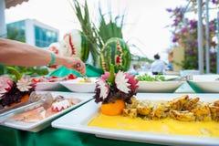Открытая таблица фрукта и овоща На открытом воздухе таблица для посетителей стоковые изображения