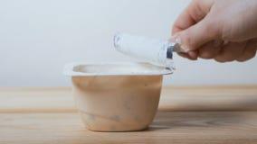 Открытие опарника йогурта на таблице видеоматериал