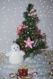 Открытка к рождеству и Новому году. Postcard for the  year and  with  tree and snowman Royalty Free Stock Photos
