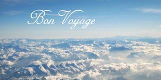 Открытка с красивым взглядом панорамы от полета над облаками и снежные Альп на солнечный день стоковое изображение rf