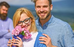 Отношения романс flirt объятий любовников внешние Пары в датировка влюбленности пока жена ревнивого бородатого человека наблюдая  стоковое фото