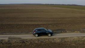 Отслеживать съемку вождения автомобиля хэтчбека видеоматериал