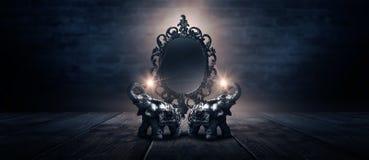 Отразите говорить волшебных, удачи и выполнение желаний Золотой слон на деревянном столе стоковое изображение rf