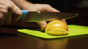 Отрежьте половины яблока в куски отрезал ‹â€ ‹â€ на салатовой доске видеоматериал