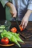 Отрезки шеф-повара с ножом конец-вверх томата стоковые фото