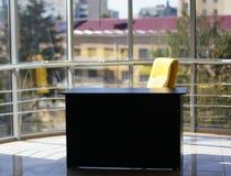 Офис со стеклянной стеной и красивым видом стоковое изображение