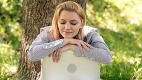 Офис окружающей среды Преимущества outdoors работы Женщина с работой ноутбука outdoors Технология образования и видеоматериал