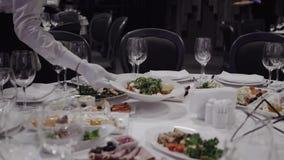 Официант приносит блюдо с салатом сток-видео