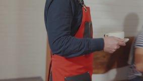 Официант служа клиент сток-видео