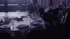 Официант служит таблица к банкету видеоматериал