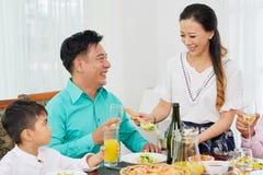 Очаровывая салат женщины служа для семьи стоковые изображения rf