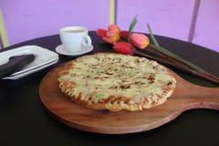 Очень вкусная пицца с томатами сосиски и вишни стоковое фото
