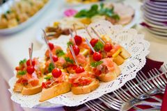 Очень вкусные блюда закуски на таблице шведского стола на банкете партии, ресторанном обслуживании на под открытым небом партии стоковое фото