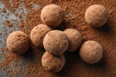 Очень вкусные сырцовые трюфеля шоколада на серой предпосылке стоковые фото