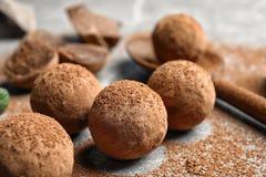 Очень вкусные сырцовые трюфеля шоколада стоковые изображения