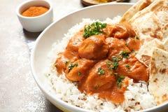 Очень вкусный цыпленок масла с рисом в плите на таблице стоковые изображения rf