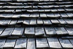Очень старая серая изогнутая деревянная текстура крыши гонта стоковые фотографии rf