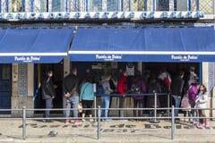 Очередь людей перед известной пекарней Pasteis de Belem в Лиссабоне стоковое фото