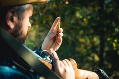 Охотник с оружием корокоствольного оружия на охоте Закрытый и открытый сезон звероловства важная игра Винтовка и футляр кассеты о стоковые изображения
