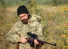 Охотник человека с оружием винтовки Лагерь ботинка Бородатый охотник человека Силы армии камуфлирование Мода военной формы зверол стоковое фото rf