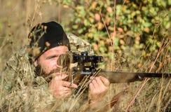 Охотник человека с оружием винтовки Лагерь ботинка Бородатый охотник человека Силы армии камуфлирование Мода военной формы зверол стоковые фото