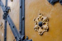 Орнаменты и золочение на старой двери с нанесенным rin стоковое изображение