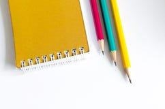 Ołówek Czerwona Żółta zieleń, Trzy ołówka na białym tle, ołówki, płytka głębia Fotografia Stock