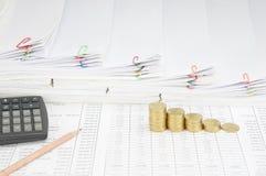 Ołówek i kroka stos złociste monety krok papierkową robotę Zdjęcia Royalty Free