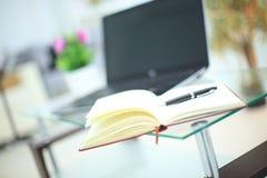 Ołówek i notatnik na laptopie dla biznesowego pojęcia Obrazy Royalty Free