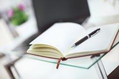 Ołówek i notatnik na laptopie dla biznesowego pojęcia Fotografia Royalty Free