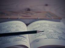 Ołówek i podręcznik zdjęcia royalty free