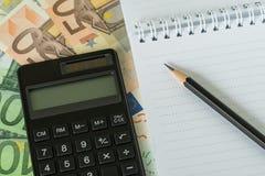 Ołówek na białego papieru notatniku i czarnym kalkulatorze na stosie E Zdjęcia Royalty Free