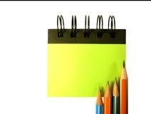 Ołówek na notatniku na białym tle fotografia royalty free
