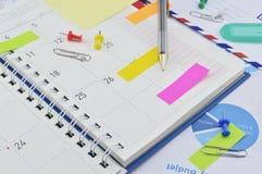Ołówek z kleistymi notatkami i szpilką na biznesowej dzienniczek stronie Fotografia Royalty Free