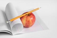 Ołówka, jabłka i szkoły notatnik, Obrazy Royalty Free