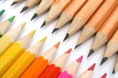 Ołówki dla knuć przeciw kolorów braciom obraz stock