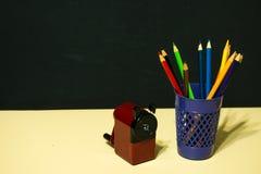 Ołówki i ostrzarka zdjęcia stock