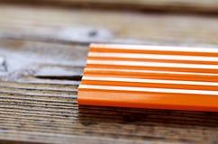 Ołówki kłama na drewno stole Fotografia Stock