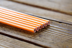 Ołówki kłama na drewno stole Obraz Stock