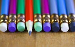Ołówki z gumką na końcówce kłamają z rzędu Jeden ołówek kłama sedna my, mała głębia ciętość obraz stock