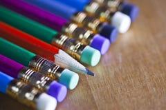 Ołówki z gumką na końcówce kłamają z rzędu Jeden ołówek kłama sedna my, mała głębia ciętość obraz royalty free