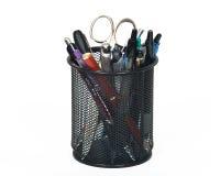 Ołówkowa filiżanka wypełniająca z piórami i nożycowa Fotografia Royalty Free