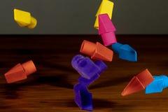 Ołówkowe gumki łapać w w połowie spadku spada kaskadą na drewnianym deskt Obrazy Royalty Free